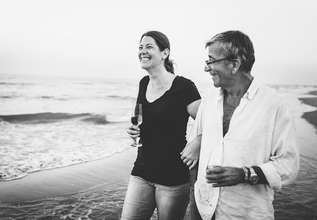 ビーチで散歩しているカップル