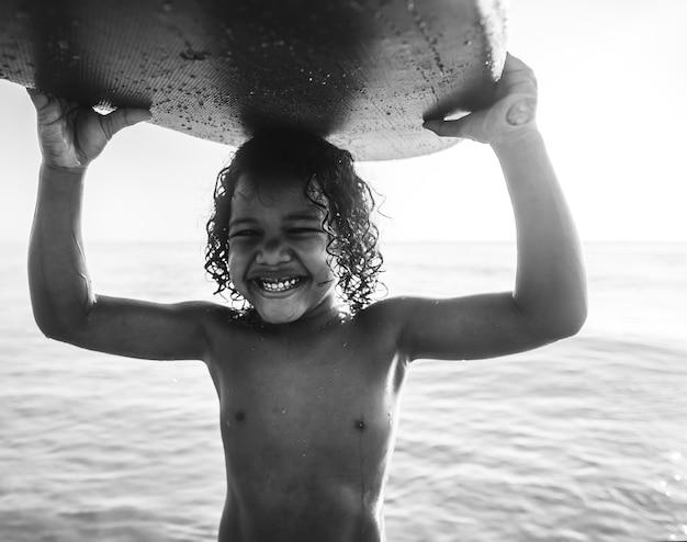 小さな子供がビーチで遊ぶ