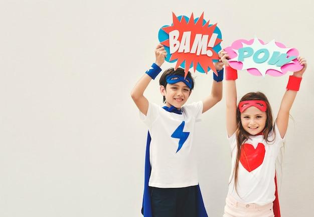 スーパーヒーローズの子供用コスチュームバブルコミックコンセプト
