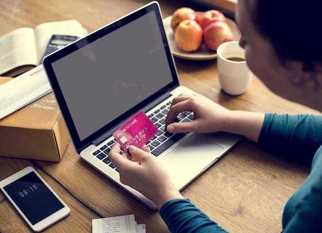 電子バンキング支払い金融接続ラップトップ