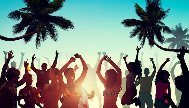 ビーチでパーティーを持つ人々