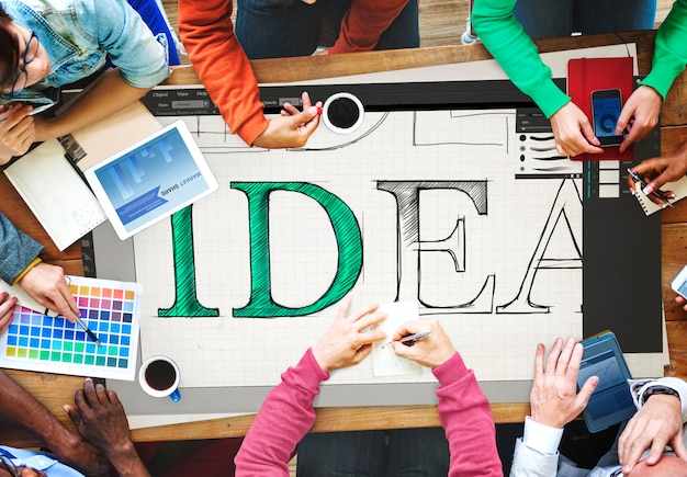 アイデアを一緒に共有するチームミーティング