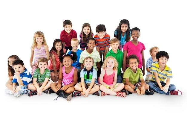 白で隔離された子供たちのグループ