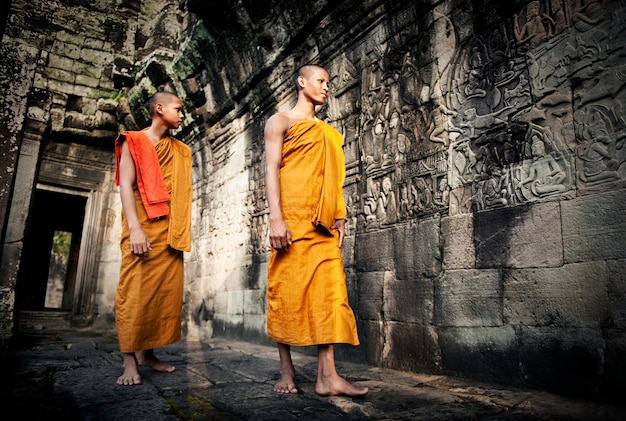 僧侶、アンコールワット、サイアムレープ、カンボジアを熟考する。