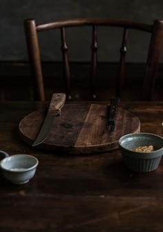 暗い部屋の木製のカッティングボード