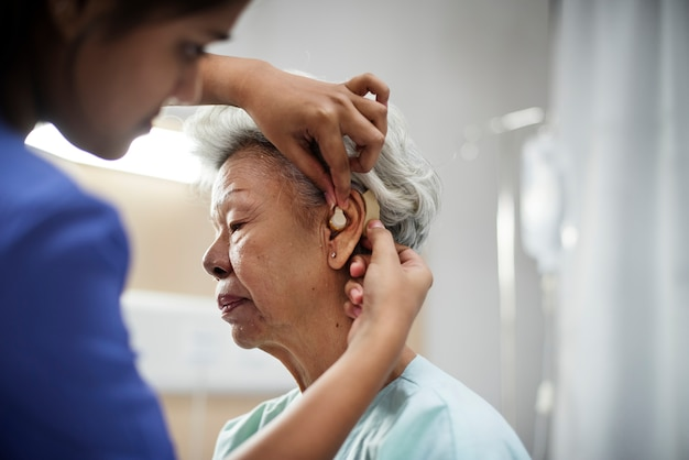 補聴器を備えた高齢者の女性