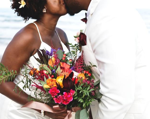 キス、花束を握っているカップル