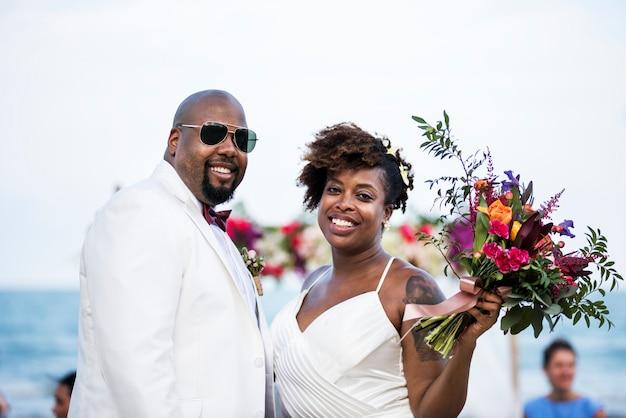 ビーチで結婚するアフリカ系アメリカ人のカップル