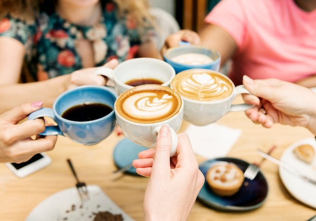 一緒にコーヒーを持っている友達