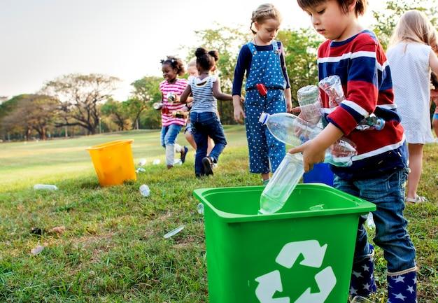 子供の学校ボランティアの慈善団体のグループ
