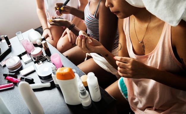 化粧を準備し使用する多様な女性グループ