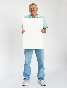 Старший мужчина, проведение пустой доски для рекламы