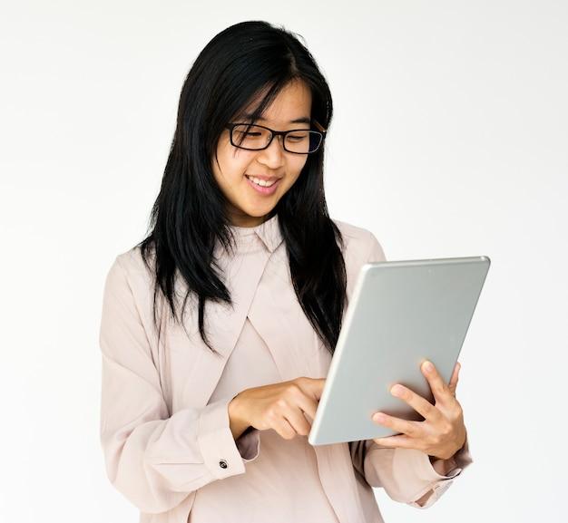 陽気なライフスタイルを笑うアジアの若い女性