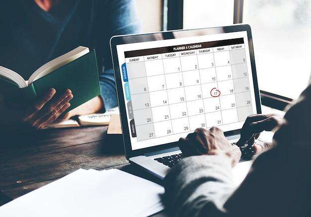 日付と月カレンダーを表示するコンピュータのラップトップ画面の拡大