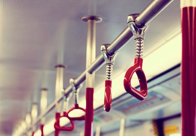 公共交通機関の手渡し手
