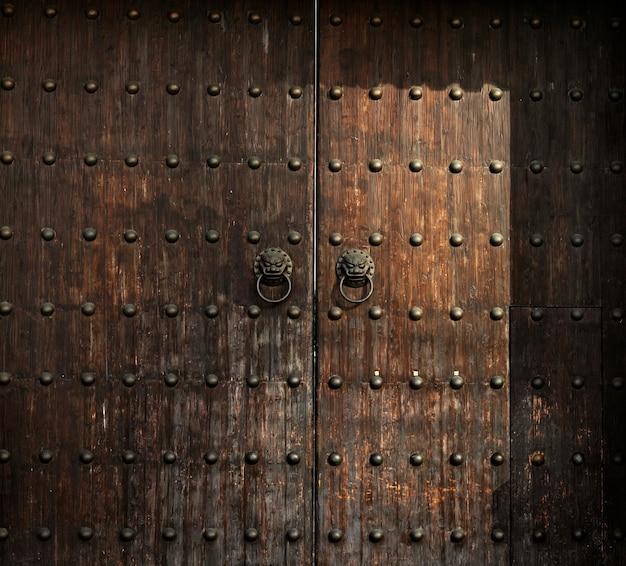 木製のアンチクールドア老朽化したインテリアの詳細の木材