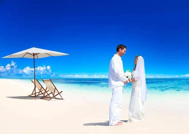 ビーチで結婚するカップル。