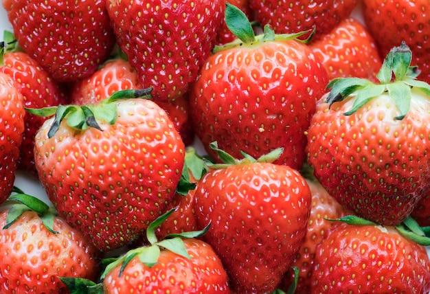 おいしいイチゴの背景のマクロ