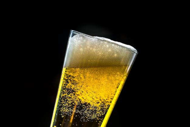 冷たいビールマクロ写真のガラス