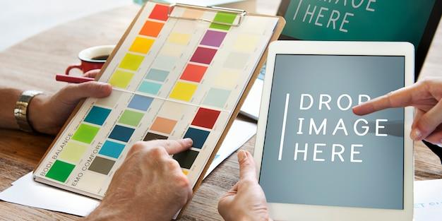 ディスカッションを持つ多様なデザイナーのグループ