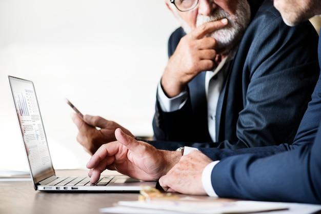 コンピュータのラップトップを使用しているビジネスマン