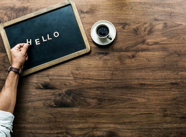 こんにちは挨拶の概念を形成する手紙と黒板の航空写真