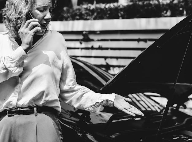 彼女の車についての電話で緊張した女性
