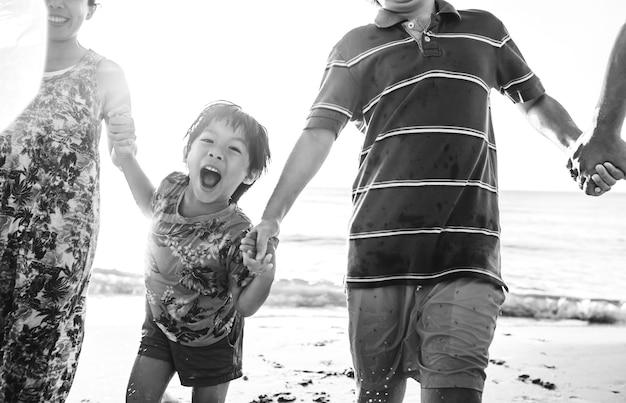 休暇中のアジア人家族