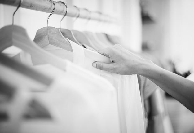 女性は衣服をチェックアウト