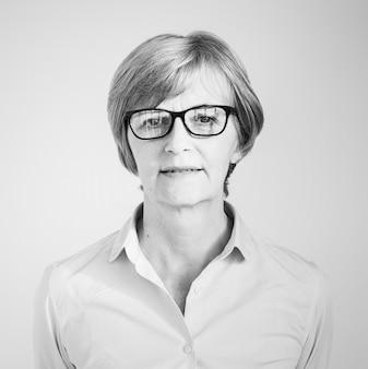 眼鏡を持つ成熟した女性の肖像