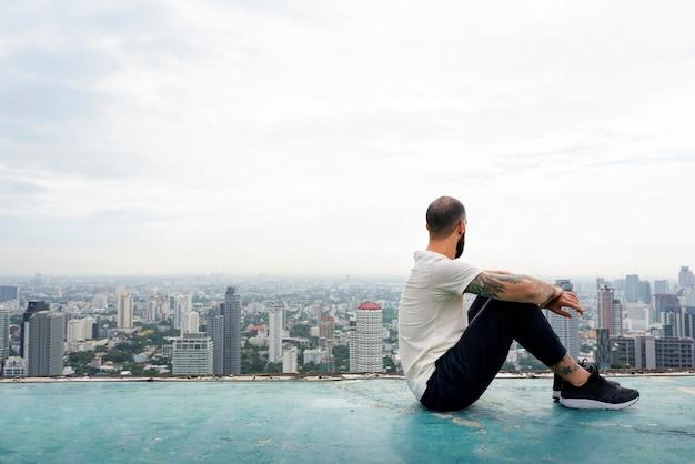 屋上でヨガを練習する男