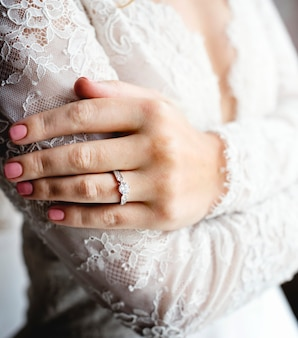 魅力的な美しい花嫁、婚約指輪