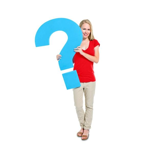女性は、疑問符のシンボルを保持