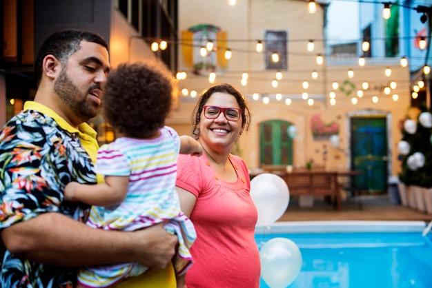 子供の誕生日パーティーを持つ家族