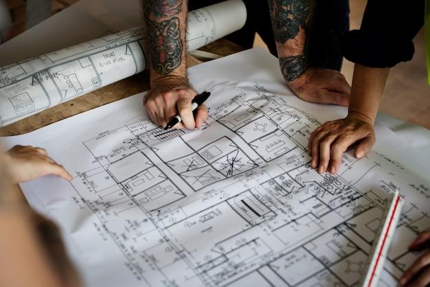 新しいプロジェクトのための青写真に取り組んでいる建築家