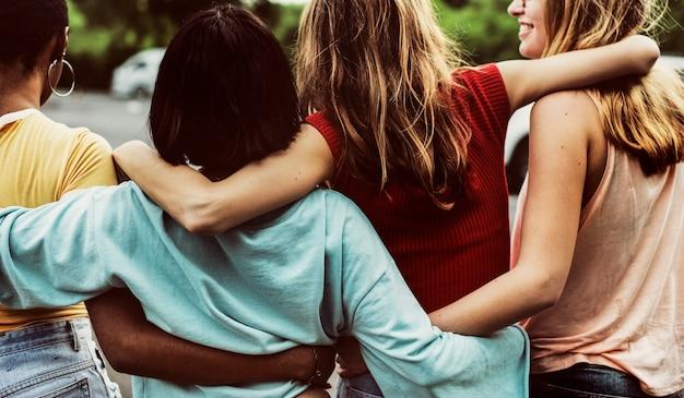 一緒に歩く多様な女性の友人のグループの背面図