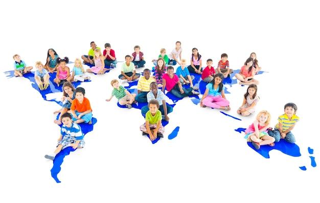 多様な子供のスタジオポートレートのグループ