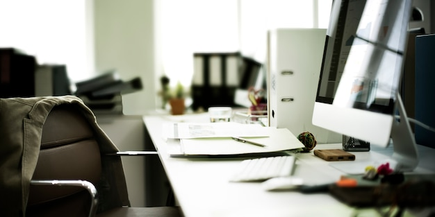現代的な部屋の職場のオフィス用品のコンセプト
