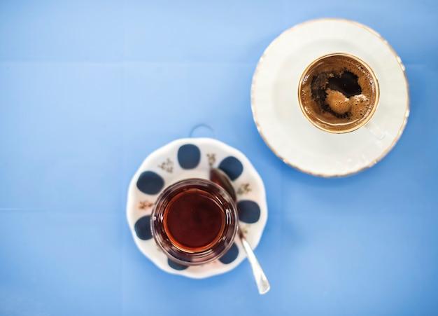 青のテーブルにコーヒーカップの航空写真