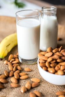 Органическое миндальное молоко и миндаль