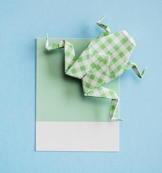 折り畳まれたカエルの折り紙のペーパークラフト