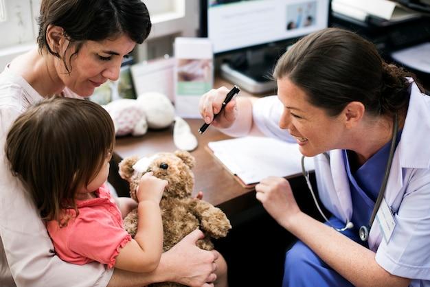 医者から診断を受ける若い患者