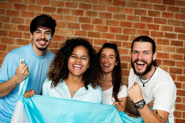 世界のカップを塗った旗で応援する友達
