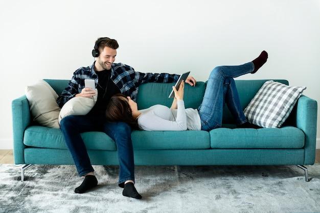 週末を一緒に楽しむ陽気なカップル