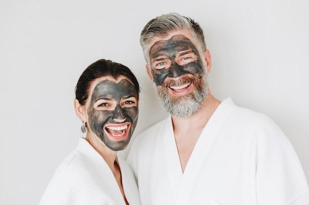 チャコールマスクを着た幸せなカップル
