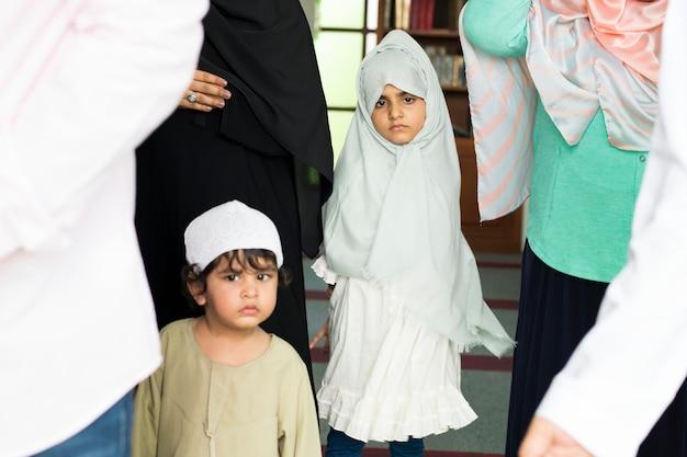 モスクのイスラム教徒の子供たち