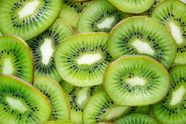 緑色のキウイフルーツスライスのクローズアップ