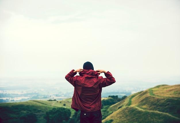 丘を歩く男
