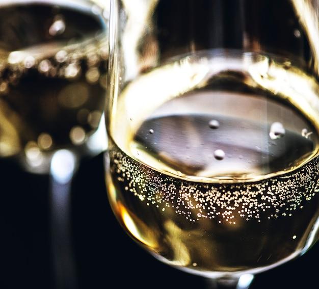 Два стакана игристого вина