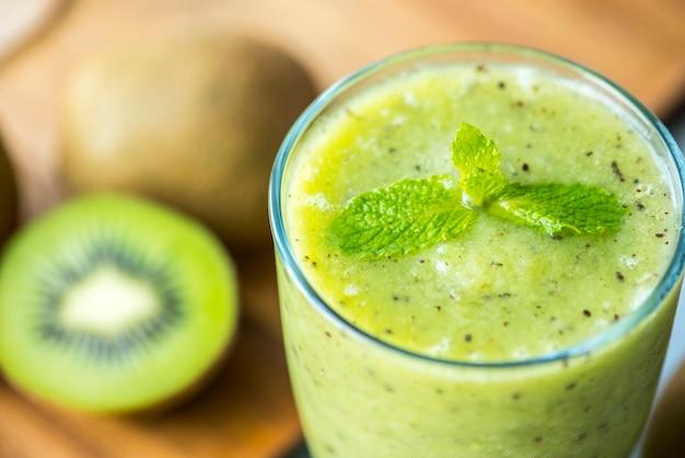 健康的なキウイスムージーの夏のレシピ